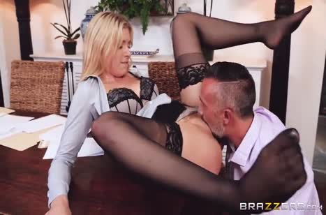 Блондиночка в чулках эротично клеится к начальнику №3