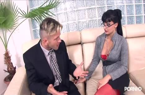 Офисная шлюшка Aletta Ocean любит анальный секс