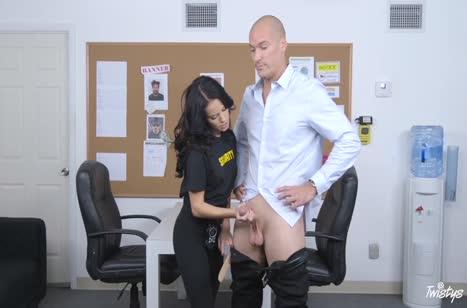 Охранница обыскала мужика и занялась с ним сексом на работе №3