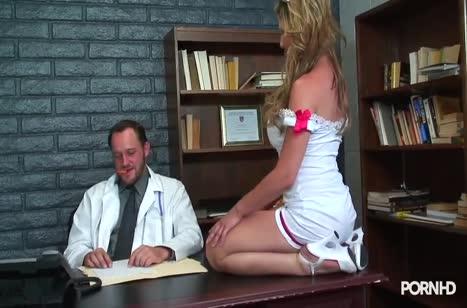 Медсестричка в секс наряде легко охмурила доктора на порно №1
