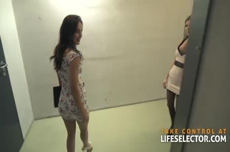 Две худенькие девочки обрабатывают большой стояк мужика