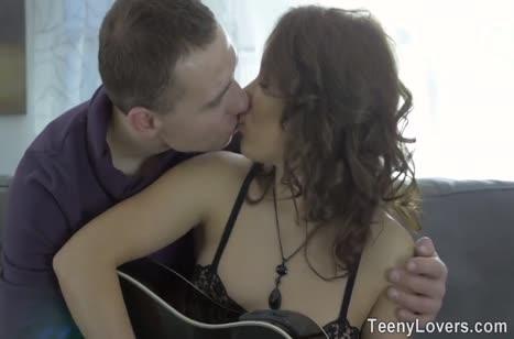 Молодая пара отбросила гитару и занялась страстным сексом