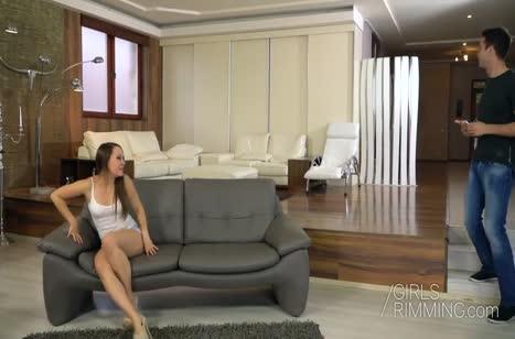 Молодка с большой задницей смачно спаривается с другом на диване №2