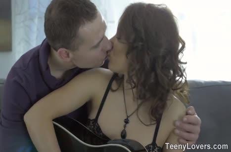 Молодая бабенка устроила жесткий секс с гитаристом