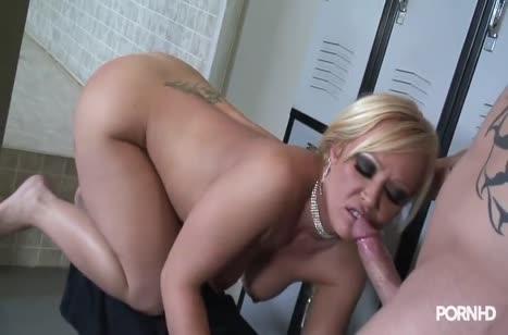 Блондинка с большой задницей устраивает соитие в раздевалке №3