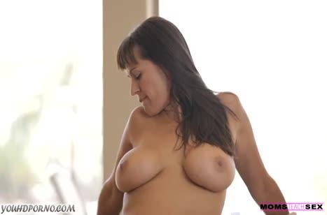Молодая и зрелая телки легко поделили пенис чувака №3