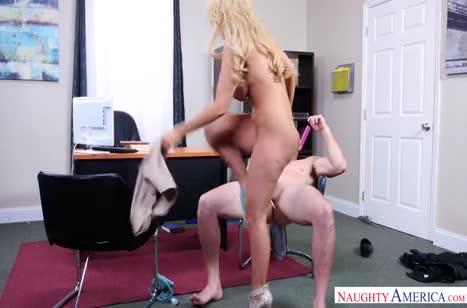 Блондинка Кайла Кейден не устояла перед флиртом в офисе №4